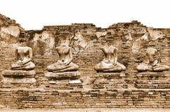 Defekte alte Buddha-Statuen-Ruinen bei Wat Chaiwatthanaram in der historischen Stadt von Ayutthaya, Thailand in der Weinlese Sepi Lizenzfreies Stockbild