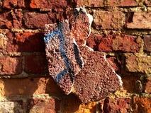 Defekte alte Wand des roten Backsteins - Beschaffenheit Stockbilder