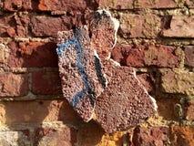 Defekte alte Wand des roten Backsteins - Beschaffenheit Stockfotografie
