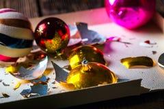 Defekte alte Weinlese Weihnachtsbälle mit Kartonkasten stockfoto