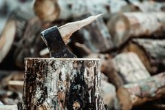 Defekte Axt, wenn Holz gehackt wird Der Holzfäller brach das Werkzeug stockfotografie