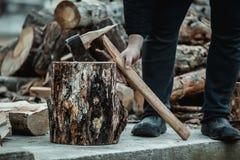Defekte Axt, wenn Holz gehackt wird Der Holzfäller brach das Werkzeug stockfotos