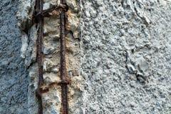 Defekte Betonmauer und Rusty Bar Steel Stockfotos