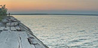 Defekte Betonplatten entlang dem Strand auf dem Asow-Meer, Ukraine Lizenzfreies Stockfoto