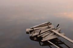defekte Brücke auf dem Wasser Stockbilder