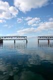 Defekte Brücke in den Florida-Schlüsseln mit Wolken und Meer Stockfotos