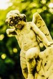 Defekte Engelsengelstatue auf einem Grabstein lizenzfreies stockfoto