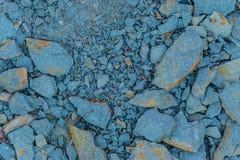 Defekte Fragmente des Lehms versteinert auf der Flussbank lizenzfreies stockbild