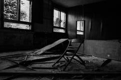 Defekte Möbel in einem verlassenen Gebäude in einem schmutzigen Raum stockfotografie