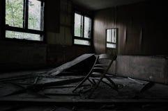 Defekte Möbel in einem verlassenen Gebäude in einem schmutzigen Raum lizenzfreies stockfoto