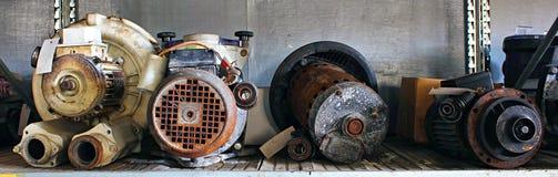 Defekte Motoren und Teile in einem Schrottplatz stockfotos