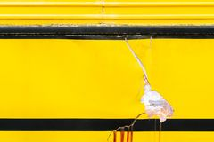Defekte Oberfläche des alten gelben Schmutzautos mit carck Beschaffenheit backg Stockfotografie