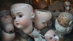 Defekte Puppen in einem Schaukasten stockbilder