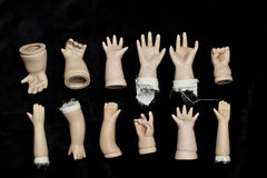 Defekte Puppen-Teile auf schwarzem Hintergrund Lizenzfreies Stockfoto