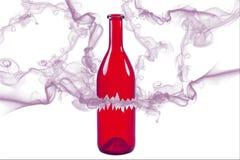 Defekte rote Flasche mit dem Rauche lokalisiert auf weißem Hintergrund Stockfotos
