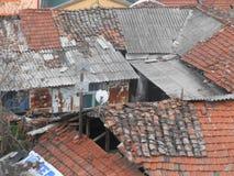 Defekte rote und graue Dächer von Häusern in Skopje lizenzfreies stockfoto