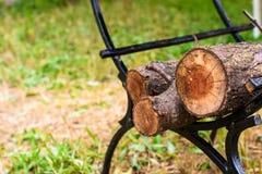 Defekte Stämme von Bäumen auf dem Holz werden unter Grill gefaltet Lizenzfreies Stockbild
