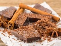Defekte Stücke Schokolade, Anisstern, Zimtstangen, Krume O stockbilder