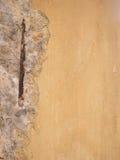 Defekte Wand oder Struktur mit Stahlstange verrosteten Stockfotos