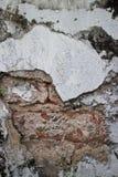 Defekte weiße Stuck-Wand mit verwitterter Ziegelstein-Beschaffenheit Lizenzfreie Stockbilder