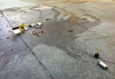 Defekte Weinflasche und -lippenstift auf Betondecke in der Stadt Stockfoto