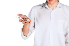 Defekte Zigarette in seinem Hand ein junger Mann Stockbild