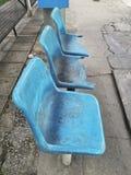 Defekter blauer Stuhl an der Bushaltestelle stockfotos