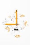Defekter Bleistift mit Metallbleistiftspitzer und -schnitzeln Stockfoto