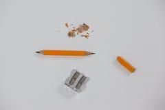 Defekter Bleistift und Bleistiftspitzer auf weißem Hintergrund Lizenzfreie Stockfotografie