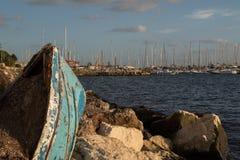 Defekter Boots-Bogen, der von der Küstenlinie stößt Stockfoto