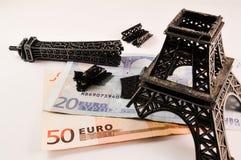 Defekter Eiffelturm auf Geld Stockfoto