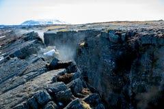 Defekter Felsen durch geothermische Energie stockfotos