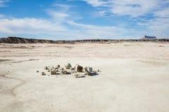 Defekter Flussstein in der glatten flachen Wüstenebene Stockbild