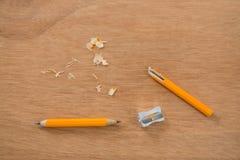 Defekter gelber Bleistift mit Bleistiftspitzer Stockbild