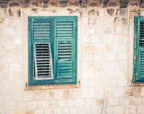 Defekter grüner Fensterladen Stockfotografie
