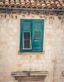 Defekter grüner Fensterladen Lizenzfreies Stockfoto