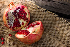 defekter Granatapfel zur Hälfte Stockfoto