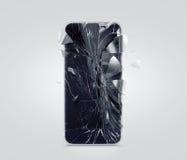 Defekter Handyschirm, zerstreute Scherben Smartphone-Anzeige zerschmettert und verkratzt Stockfotografie