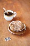Defekter Kaffee-kleiner Kuchen auf einer hölzernen Platte Stockfoto