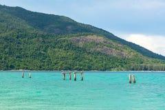 Defekter konkreter Pfosten im Meer in Koh Lipe-Insel Lizenzfreies Stockbild