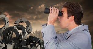 Defekter konkreter Stein mit Fragensymbol und Geschäftsmann mit binoculaurs im Stadtbild Lizenzfreies Stockfoto