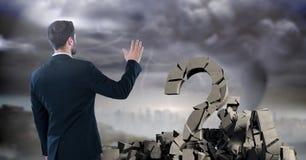 Defekter konkreter Stein mit Fragensymbol und Geschäftsmann im Stadtbild Lizenzfreie Stockfotos