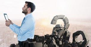 Defekter konkreter Stein mit Fragensymbol und Geschäftsmann im Stadtbild Stockfoto