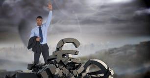 Defekter konkreter Stein mit Geldeurosymbol und Geschäftsmann im Stadtbild Lizenzfreie Stockfotografie