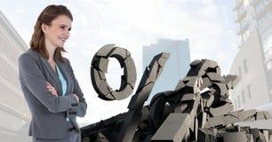 Defekter konkreter Stein mit Prozentsymbol und Geschäftsfrau im Stadtbild Stockfotografie