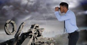 Defekter konkreter Stein mit Prozentsymbol und Geschäftsmann im Stadtbild Stockfotos