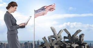 Defekter konkreter Stein mit Yensymbol und Geschäftsfrau mit amerikanischer Flagge im Stadtbild Stockbild