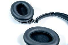 Defekter Kopfhörer auf weißem Hintergrund Stockfotos