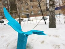 Defekter Mülleimer der Weinlese auf Schnee stockfoto
