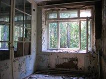 defekter Rahmen der zerbrochenen Fensterscheibe in einem ruinierten Haus lizenzfreies stockbild